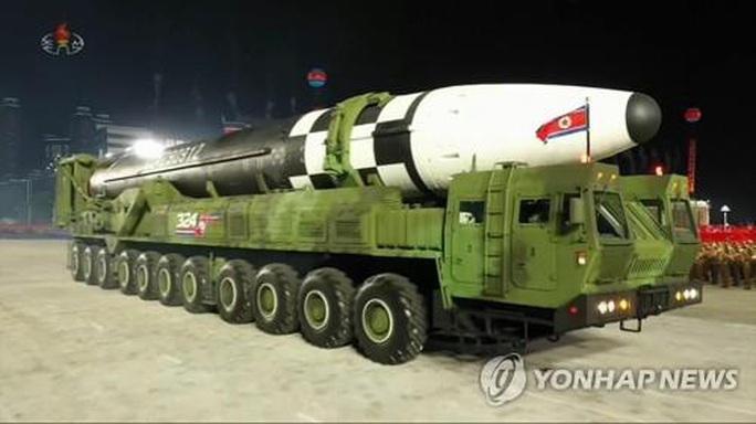 Triều Tiên trình làng hàng khủng mới trong lễ duyệt binh tờ mờ sáng - Ảnh 1.