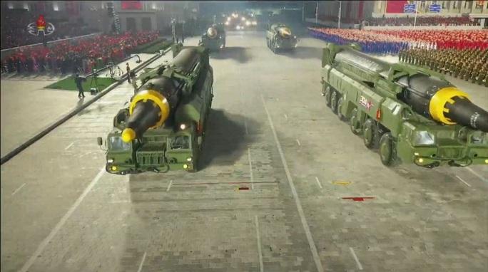 Triều Tiên trình làng hàng khủng mới trong lễ duyệt binh tờ mờ sáng - Ảnh 6.