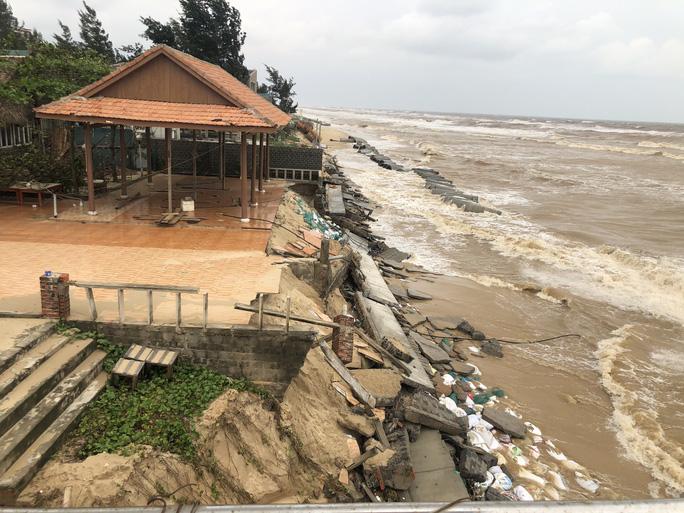 Sóng đánh tan hoang tuyến kè biển 26 tỉ đang xây dang dở ở Quảng Bình - Ảnh 1.