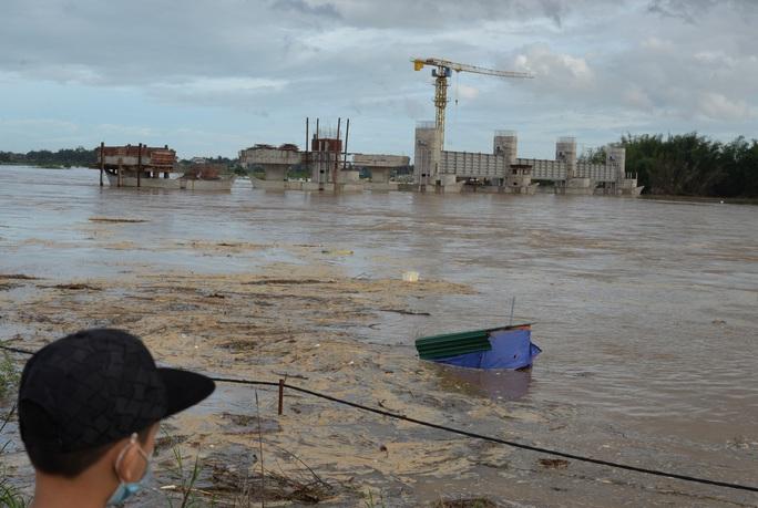 Sau bão số 9, Quảng Ngãi lại gồng mình chạy lũ - Ảnh 2.