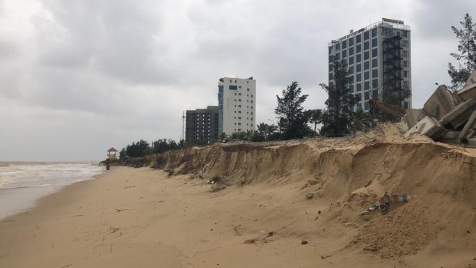 Sóng đánh tan hoang tuyến kè biển 26 tỉ đang xây dang dở ở Quảng Bình - Ảnh 8.