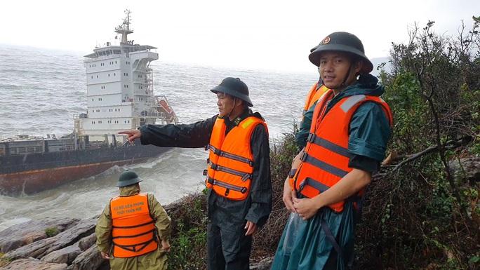 Chiếc tàu hàng không người trôi dạt vào bờ biển Thừa Thiên - Huế - Ảnh 1.