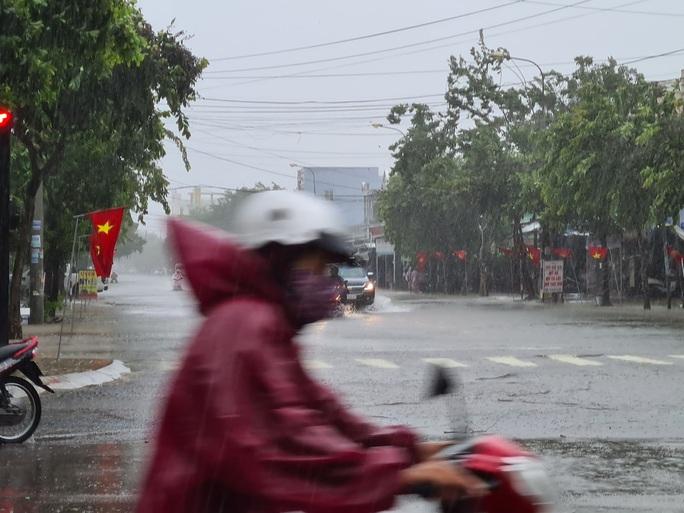 Bão số 6: Quảng Nam mưa to kèm gió mạnh, ngập lụt nhiều nơi - Ảnh 3.