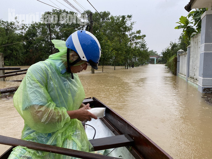 Đà Nẵng: Mưa to gió lớn gây ngập nặng, người dân chèo ghe đi tiếp tế lương thực khắp xóm - Ảnh 11.