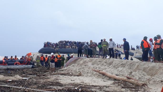Dùng trực thăng cứu hộ thành công 8 người kiệt sức, đeo bám trên tàu Vietship 01 mắc cạn ngoài biển - Ảnh 12.
