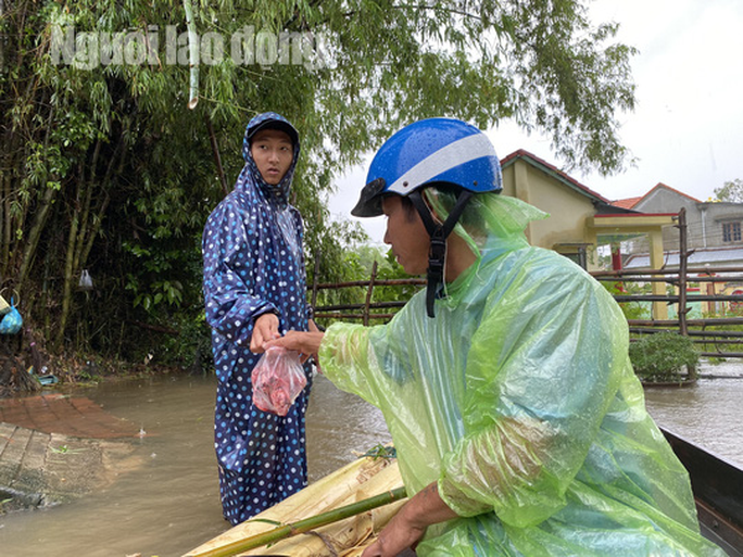 Đà Nẵng: Mưa to gió lớn gây ngập nặng, người dân chèo ghe đi tiếp tế lương thực khắp xóm - Ảnh 8.