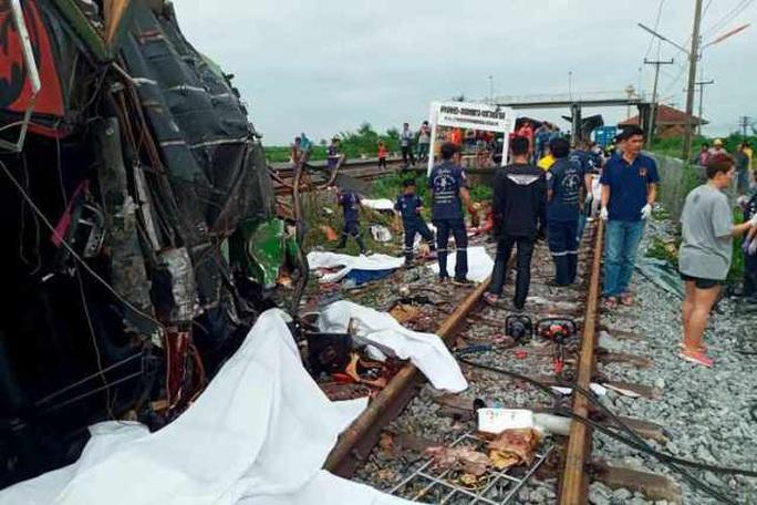 Tàu hỏa húc tung xe buýt chở người đi lễ chùa, 20 người thiệt mạng ở Thái Lan - Ảnh 3.