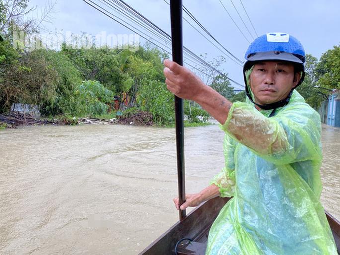 Đà Nẵng: Mưa to gió lớn gây ngập nặng, người dân chèo ghe đi tiếp tế lương thực khắp xóm - Ảnh 12.