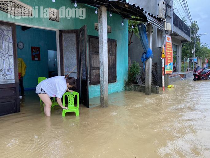 Đà Nẵng: Mưa to gió lớn gây ngập nặng, người dân chèo ghe đi tiếp tế lương thực khắp xóm - Ảnh 16.