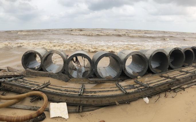 Sóng đánh tan hoang tuyến kè biển 26 tỉ đang xây dang dở ở Quảng Bình - Ảnh 3.