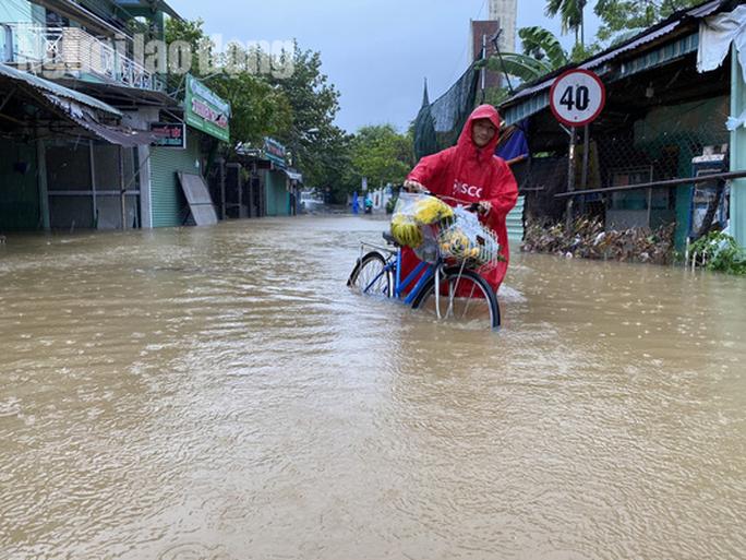 Đà Nẵng: Mưa to gió lớn gây ngập nặng, người dân chèo ghe đi tiếp tế lương thực khắp xóm - Ảnh 15.