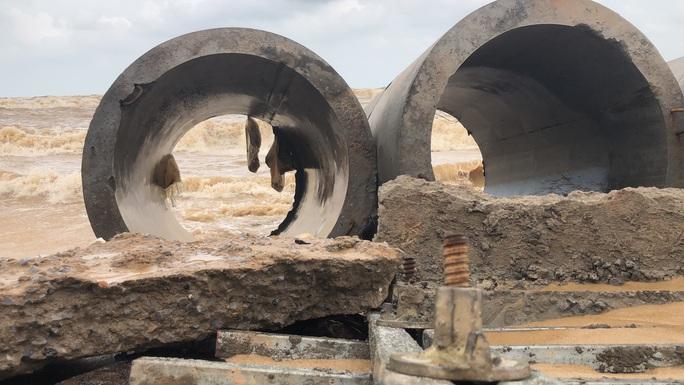 Sóng đánh tan hoang tuyến kè biển 26 tỉ đang xây dang dở ở Quảng Bình - Ảnh 2.