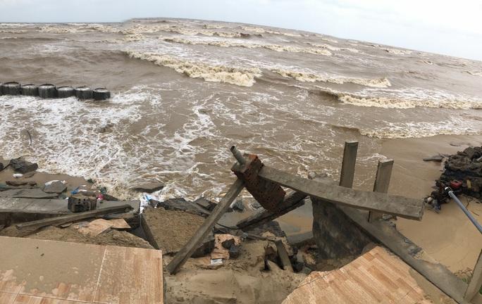 Sóng đánh tan hoang tuyến kè biển 26 tỉ đang xây dang dở ở Quảng Bình - Ảnh 6.