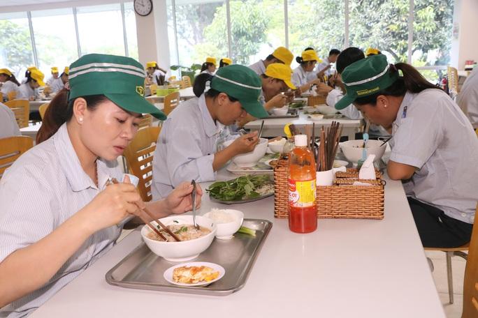 Chăm chút bữa ăn giữa ca của công nhân - Ảnh 1.