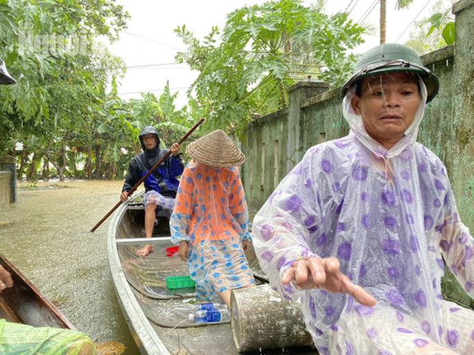 Đà Nẵng: Mưa to gió lớn gây ngập nặng, người dân chèo ghe đi tiếp tế lương thực khắp xóm - Ảnh 9.