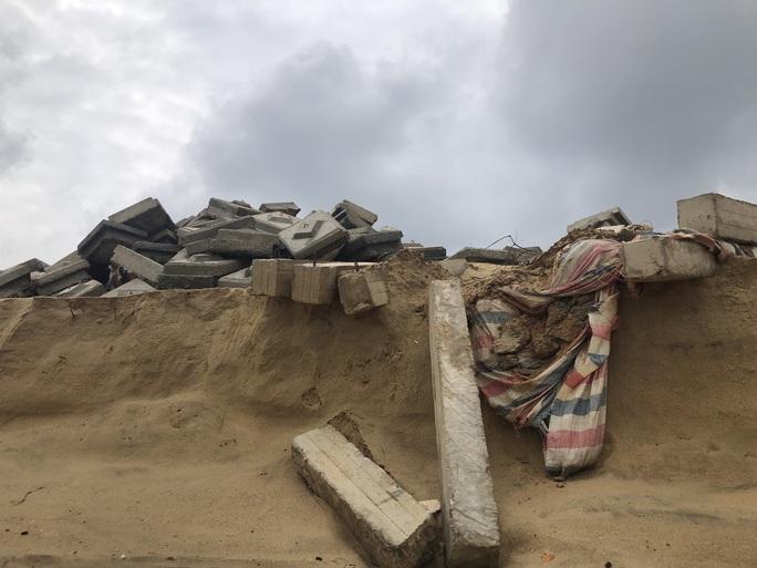 Sóng đánh tan hoang tuyến kè biển 26 tỉ đang xây dang dở ở Quảng Bình - Ảnh 4.