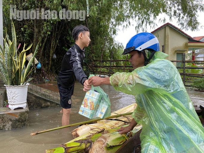 Đà Nẵng: Mưa to gió lớn gây ngập nặng, người dân chèo ghe đi tiếp tế lương thực khắp xóm - Ảnh 7.