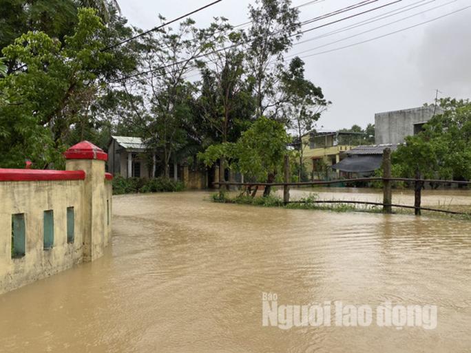 Đà Nẵng: Mưa to gió lớn gây ngập nặng, người dân chèo ghe đi tiếp tế lương thực khắp xóm - Ảnh 3.