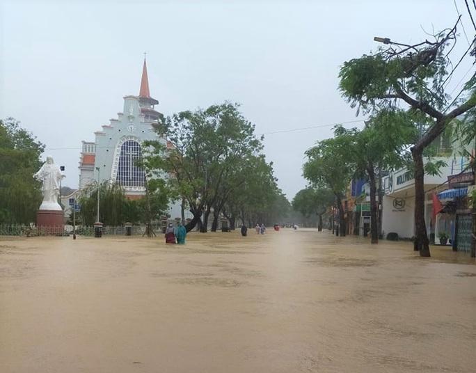 Toàn cảnh lũ lụt kinh khủng ở Thừa Thiên - Huế - Ảnh 4.