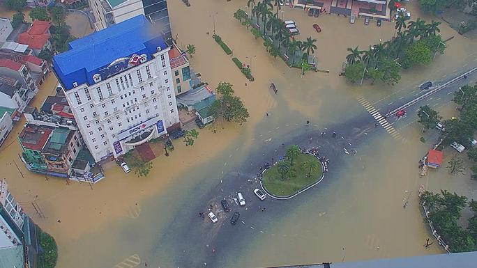 Toàn cảnh lũ lụt kinh khủng ở Thừa Thiên - Huế - Ảnh 2.