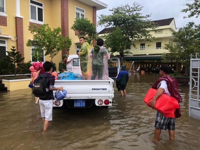 Toàn cảnh lũ lụt kinh khủng ở Thừa Thiên - Huế - Ảnh 9.