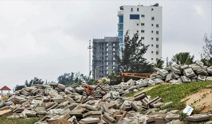 Sóng đánh tan hoang tuyến kè biển 26 tỉ đang xây dang dở ở Quảng Bình - Ảnh 9.