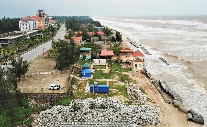 Sóng đánh tan hoang tuyến kè biển 26 tỉ đang xây dang dở ở Quảng Bình - Ảnh 7.