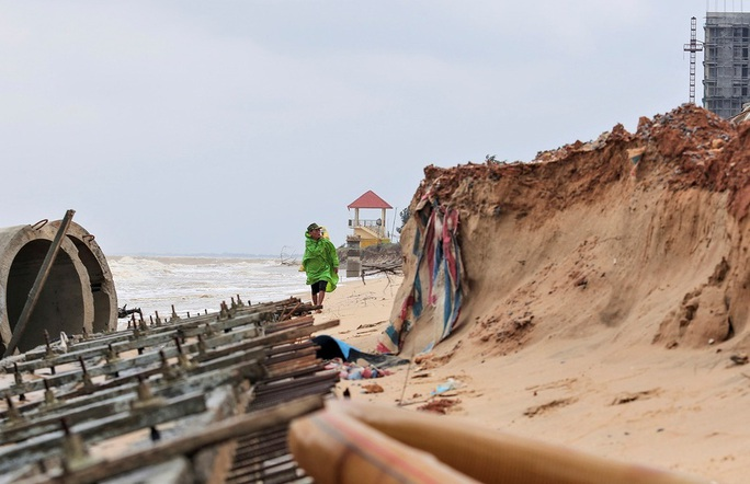 Sóng đánh tan hoang tuyến kè biển 26 tỉ đang xây dang dở ở Quảng Bình - Ảnh 5.