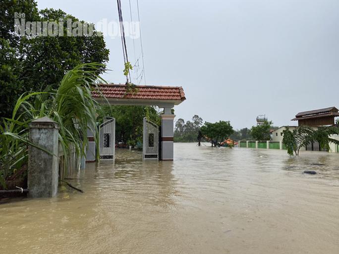 Đà Nẵng: Mưa to gió lớn gây ngập nặng, người dân chèo ghe đi tiếp tế lương thực khắp xóm - Ảnh 4.