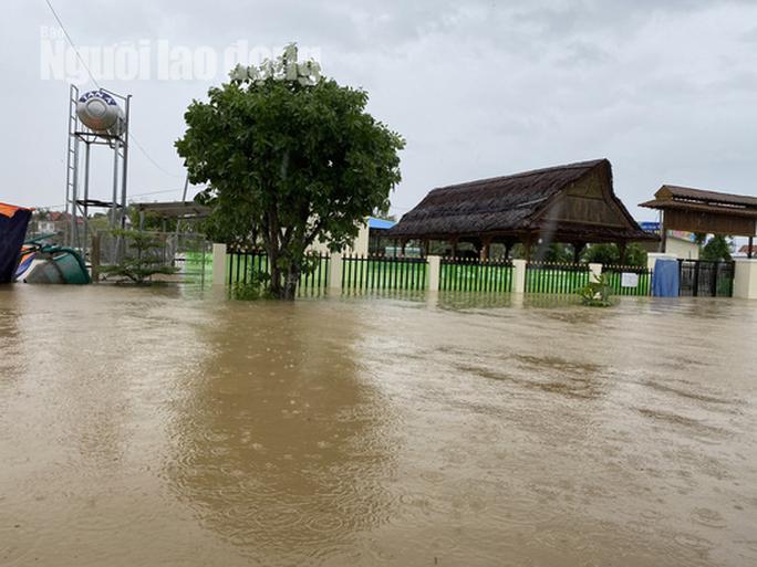 Đà Nẵng: Mưa to gió lớn gây ngập nặng, người dân chèo ghe đi tiếp tế lương thực khắp xóm - Ảnh 5.