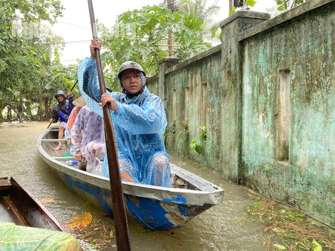 Đà Nẵng: Mưa to gió lớn gây ngập nặng, người dân chèo ghe đi tiếp tế lương thực khắp xóm - Ảnh 10.