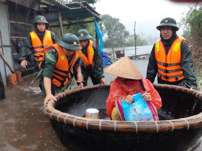 Toàn cảnh lũ lụt kinh khủng ở Thừa Thiên - Huế - Ảnh 11.