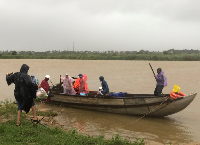 Bão số 6 chưa tới, Quảng Ngãi hứng mưa gió, nhiều tàu cá gặp nạn - Ảnh 5.