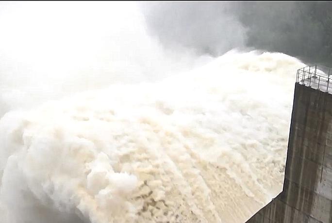 Quảng Nam mưa lớn, Quốc lộ 40B bị chia cắt, thủy điện đang xả lũ - Ảnh 2.