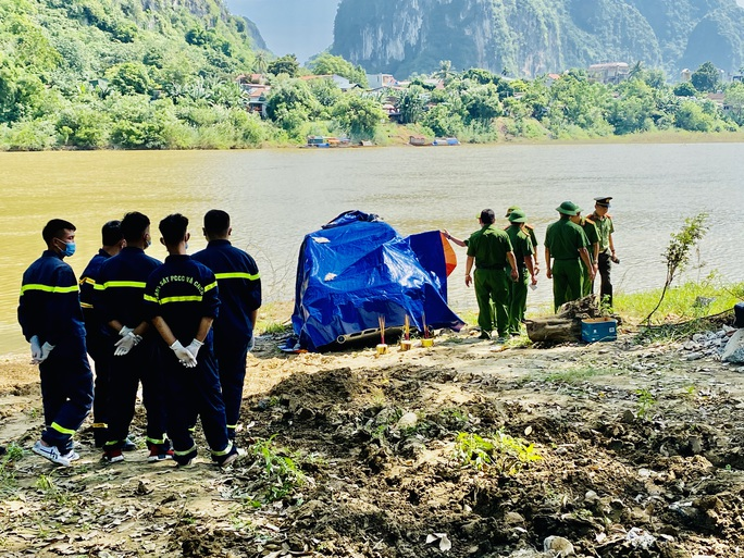 Danh tính 3 người tử vong trong ôtô 7 chỗ rơi xuống sông - Ảnh 1.
