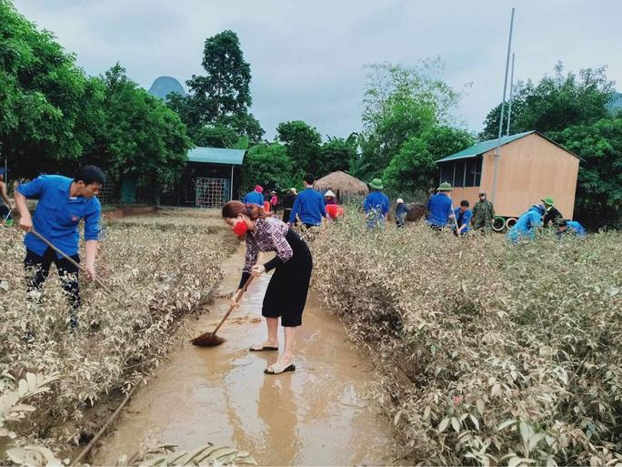Cô trò đến trường tất bật dọn dẹp sau lũ, giáo án và sách vở lấm lem bùn đất - Ảnh 7.
