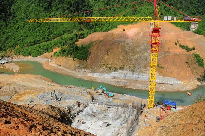 Xác minh thông tin sạt lở đất, hơn 10 công nhân thủy điện mắc kẹt - Ảnh 1.