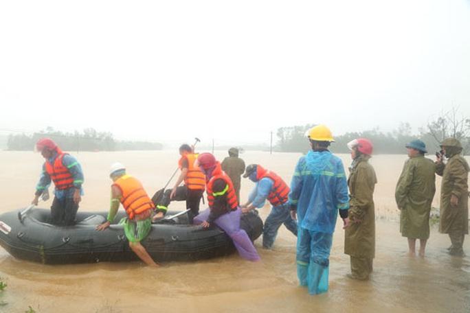 Khẩn cấp cứu người trong mưa lũ - Ảnh 1.