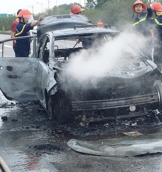 Hành khách hút thuốc trên xe, taxi cháy trơ khung - Ảnh 2.