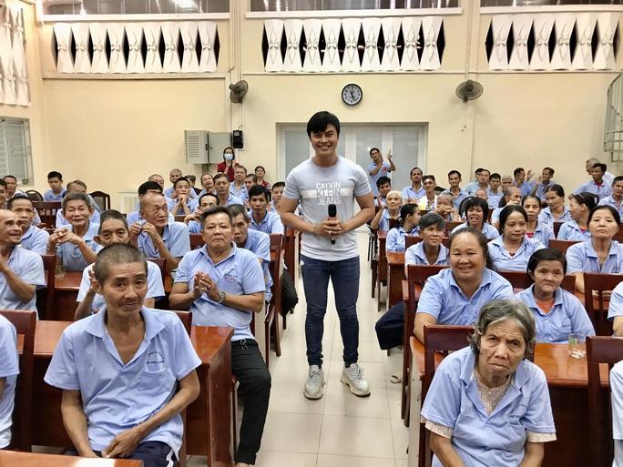 Võ Minh Lâm đem niềm vui đến với người già, khuyết tật - Ảnh 1.