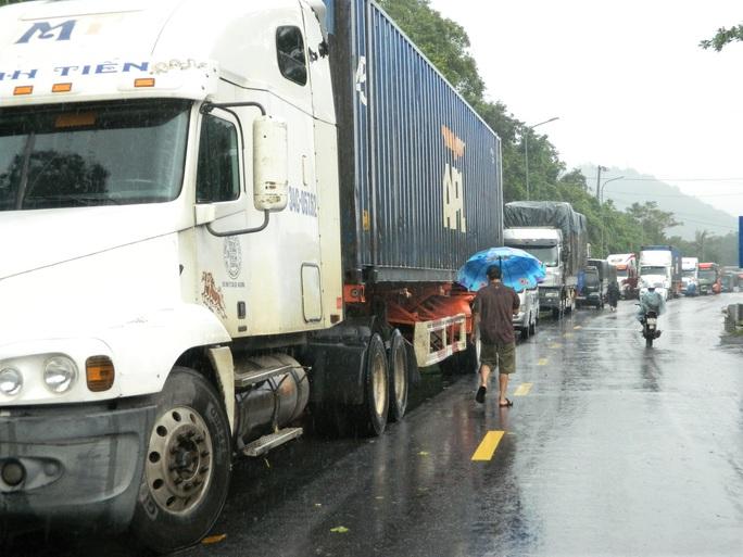CLIP: Quốc lộ 9 sạt lở kinh hoàng, giao thông kẹt cứng - Ảnh 5.