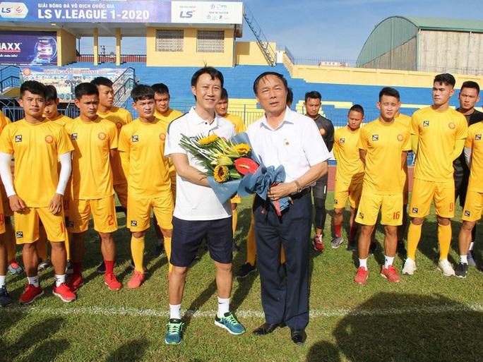 Người hâm mộ háo hức chờ HLV Nguyễn Thành Công đánh bại đội bóng cũ Thanh Hóa - Ảnh 1.