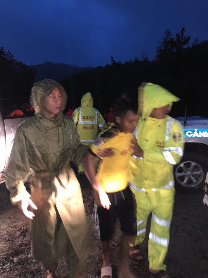 Đưa được 5 người bị thương ở Rào Trăng 4 cấp cứu, vẫn còn 30 người mất tích - Ảnh 2.