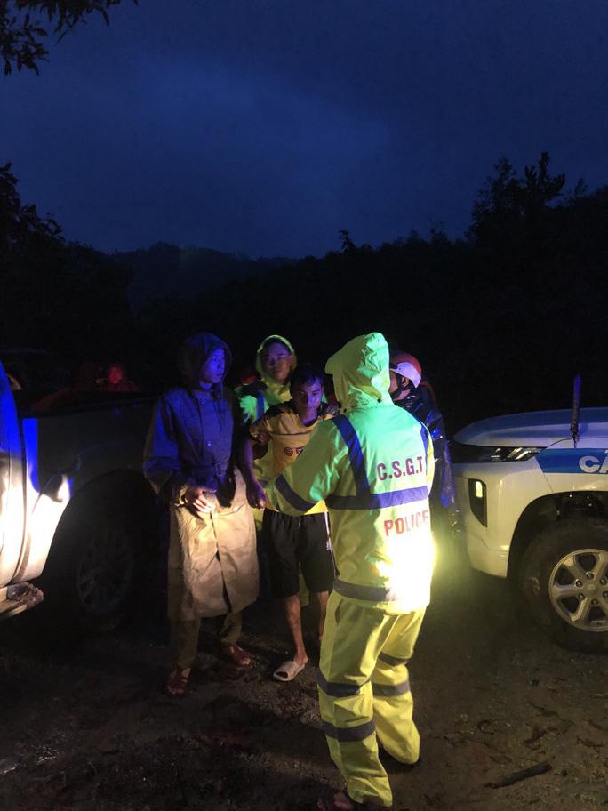 Đưa được 5 người bị thương ở Rào Trăng 4 cấp cứu, vẫn còn 30 người mất tích - Ảnh 4.
