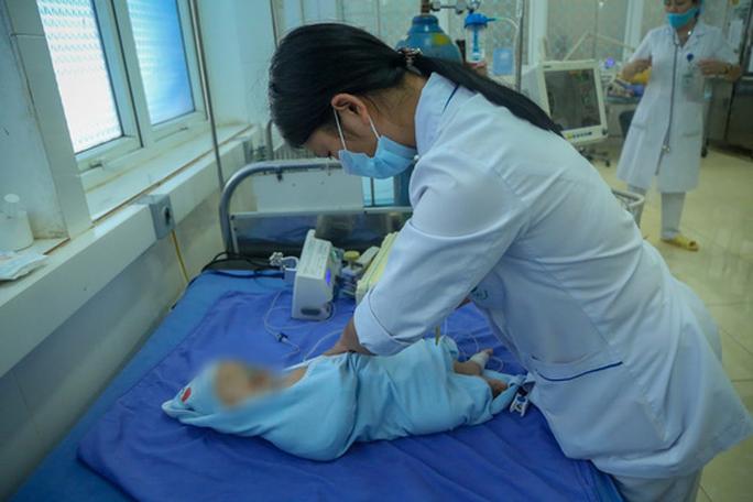 Vụ bé gái tử vong sau tiêm vắc-xin: Thêm nhiều trẻ nhập viện - Ảnh 6.