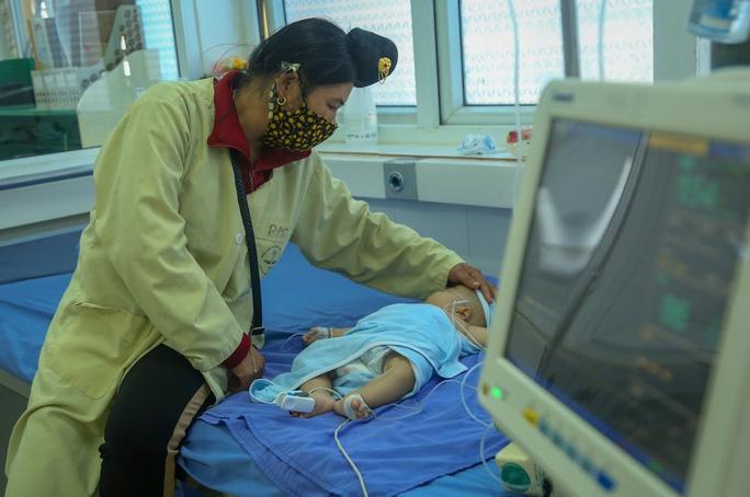 Vụ bé gái tử vong sau tiêm vắc-xin: Thêm nhiều trẻ nhập viện - Ảnh 2.