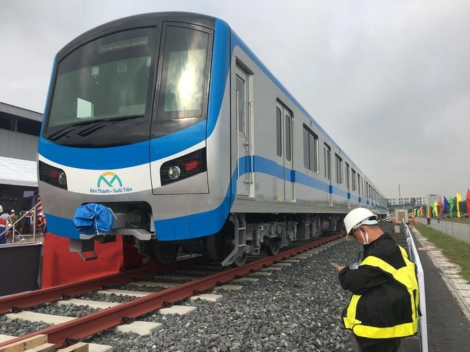 Bí thư Thành ủy và Chủ tịch UBND TP HCM trải nghiệm trên đoàn tàu Metro số 1 - Ảnh 3.