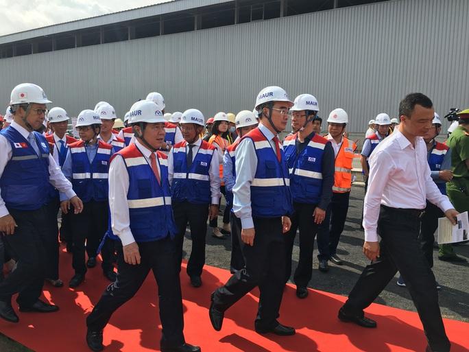 Bí thư Thành ủy và Chủ tịch UBND TP HCM trải nghiệm trên đoàn tàu Metro số 1 - Ảnh 1.
