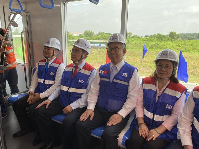 Bí thư Thành ủy và Chủ tịch UBND TP HCM trải nghiệm trên đoàn tàu Metro số 1 - Ảnh 2.