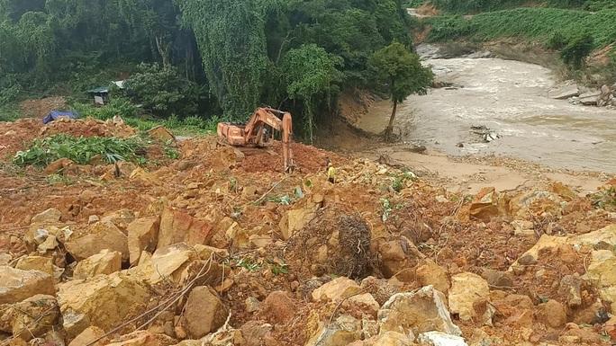 Cân nhắc sử dụng thuốc nổ để phá đá thông đường vào cứu 16 người ở thủy điện Rào Trăng 3 - Ảnh 1.